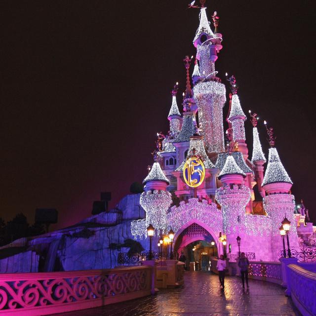Amikor a tündérmeséből valóság lesz: fantasztikus élmény Disneylandben a karácsony