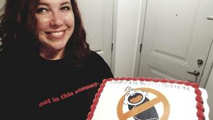 Ez a nő annyira örül, hogy elköttette a petevezetékét, hogy tortával ünnepli az évfordulót