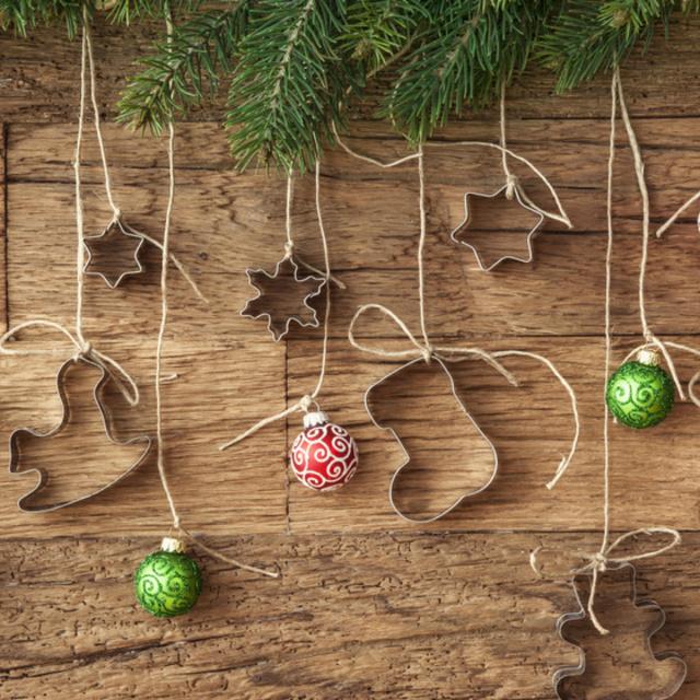 Látványos karácsonyi díszek megunt sütikiszúrókból: gyertyatartó és ajtódísz is készülhet belőlük