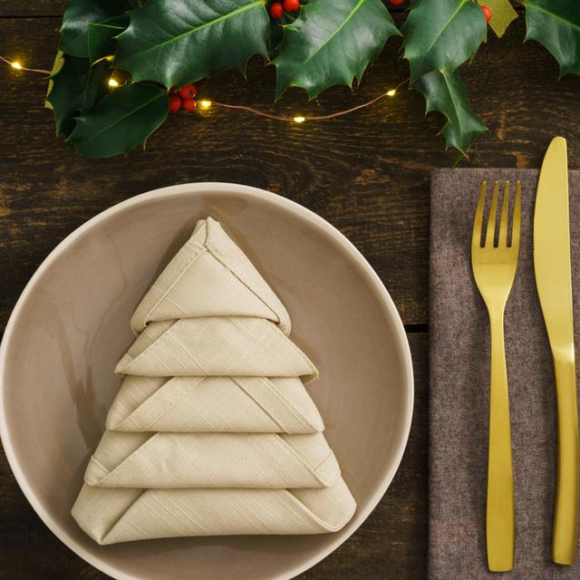 Villámgyors karácsonyfa szalvétából az ünnepi asztalra: olló sem kell hozzá