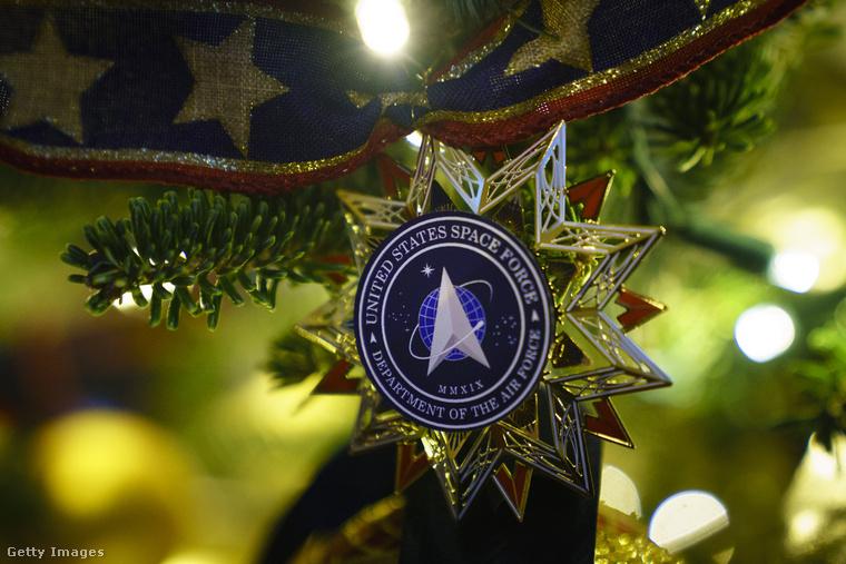 Az egyik faágon az Amerikai Légierő jelvényét ábrázoló karácsonyfadísz lóg, az idei karácsonyi dekoráció témája pedig Amerika szépségének bemutatása volt