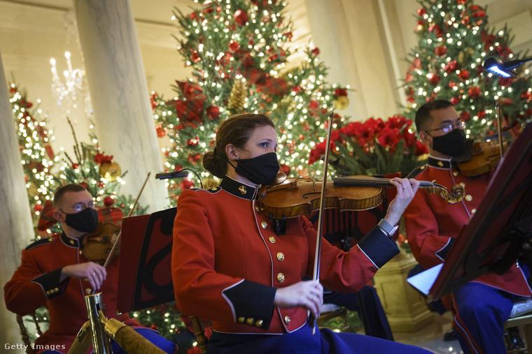 Nemcsak a karácsonyfákban gyönyörködhettek az adventi időszak elején a Fehér Házban, egy katonai zenekar is tartott egy minikoncertet