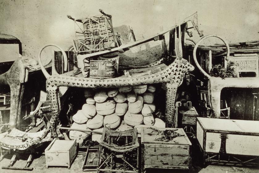A hústároló dobozokat egy tehenet formáló állványra helyezték el a sírkamrában.