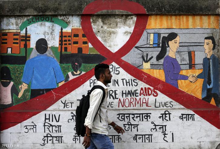 Egy AIDS témájú falfestés előtt megy el egy indiai férfi Mumbaiban