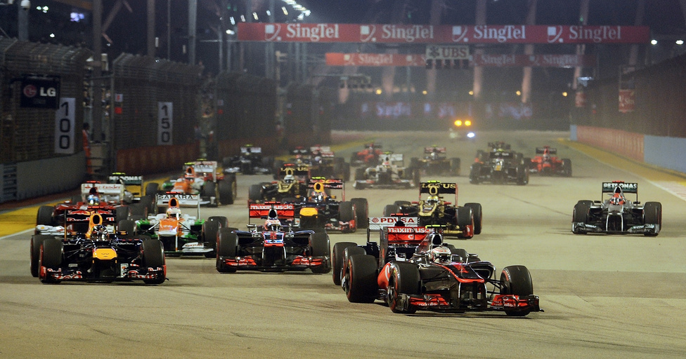 Lewis Hamilton az élen fordult be az első kanyarba a szingapúri versenyen, később azonban fel kellett adnia a futamot, leállt az autója. A győzelmet Sebastian Vettel szerezte meg, aki Ázsiában nagyszerű sorozatba kezdett.
