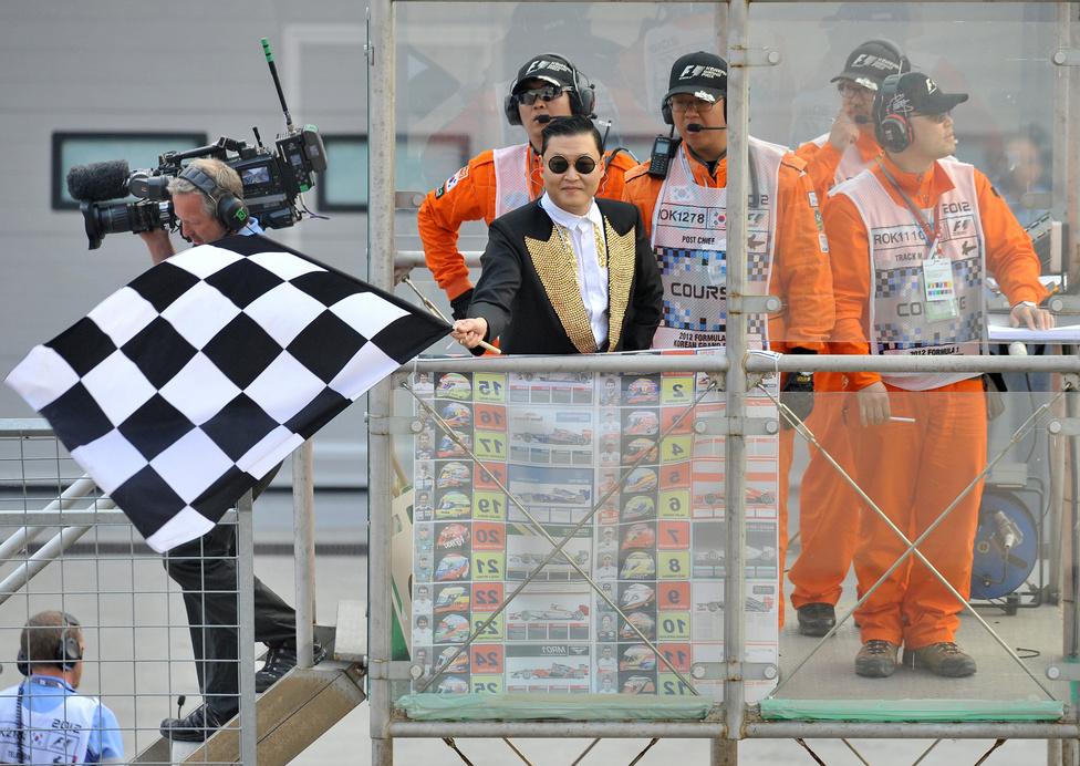 A Psy-ként ismert híres énekes, Park Jae-Sang intette le a Forma-1 55 körös koreai versenyét, amely már az első körben eldőlt.