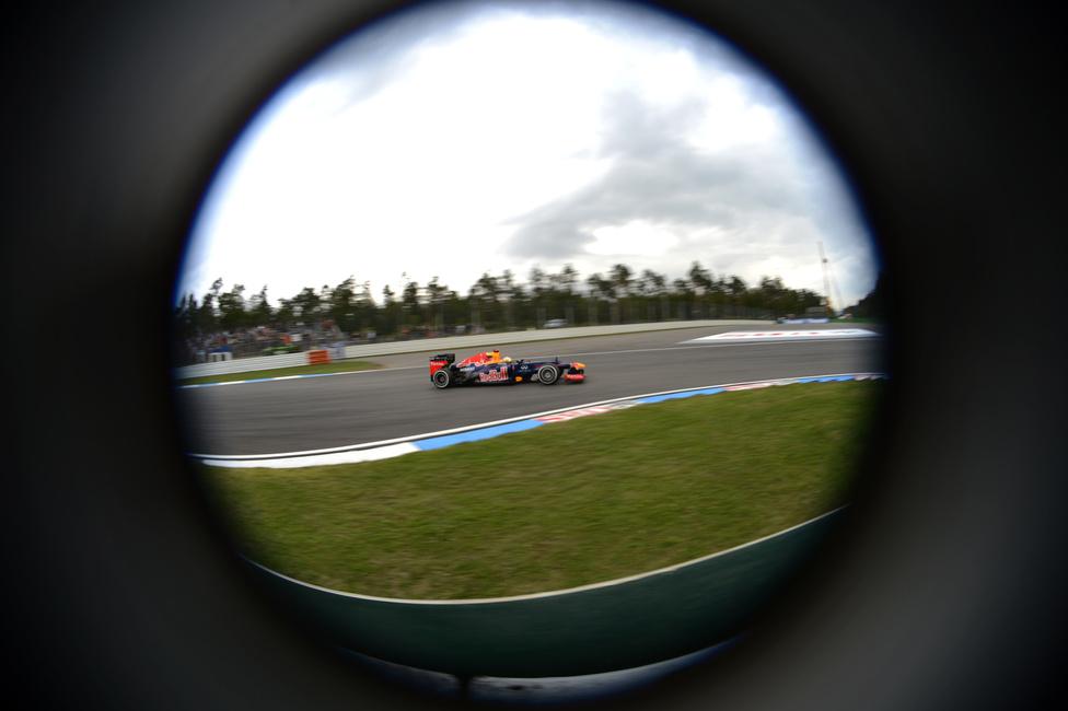 Hazai pályán, Németországban kapott 20 másodperces büntetést Sebastian Vettel, aki emiatt lemaradt a versenyt megnyerő Fernando Alonso mögött a vb-n. A spanyol pilóta Webber és Vettel támadásait is visszaverve pályafutása 30. győzelmét szerezte a futamon.