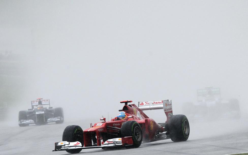 Felhőszakadás miatt három órán át tartott a malajziai GP, a futamot egy órán át szüneteltették az időjárás miatt. A futamot végül Fernando Alonso nyerte, Vettel a 11. helyen ért célba.