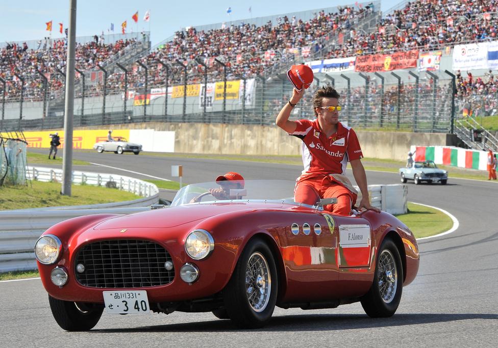 Fernando Alonso a Japán Nagydíj előtt köszöntötte a nézőket. A spanyol pilóta úgy vágott neki a versenynek, hogy 29 ponttal vezette a világbajnokságot Sebastian Vettel előtt, azonban a futam rajtja után kiesett, Vettel pedig nyert.