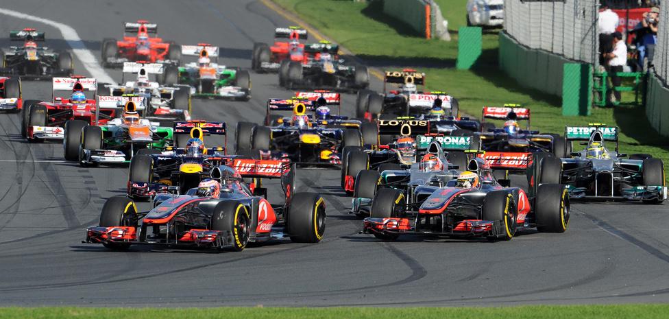 A mclarenes Jenson Button a rajttól a célig vezetett Ausztráliában, és megnyerte a 2012-es sorozat első versenyét a címvédő Vettel előtt. Alonso az ötödik helyen végzett.