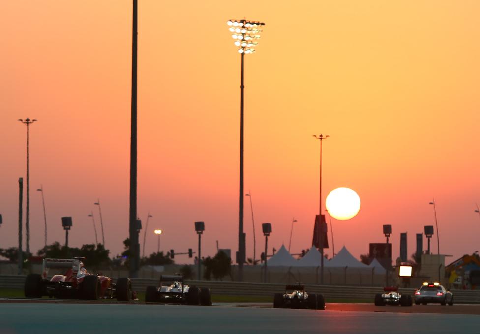 Abu-Dzabiban, az év egyik legizgalmasabb versenyén a biztonsági autót kétszer is beküldték balesetek miatt. A villanyfényes futamot végül Kimi Raikkönen nyerte meg a Lotusszal, Alonso a második lett, és csak három pontot tudott hozni Vettelen.