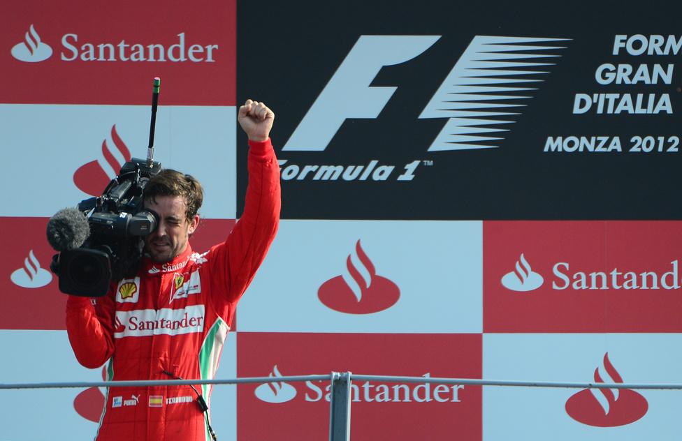 Fernando Alonso kamerát ragadott a pódiumon az olasz verseny után, ahol harmadikként ért célba. A Ferrari versenyzője a 10. helyről rajtolva lett dobogós, az első körben négy helyet jött előre. Riválisa, Vettel nem ért célba.