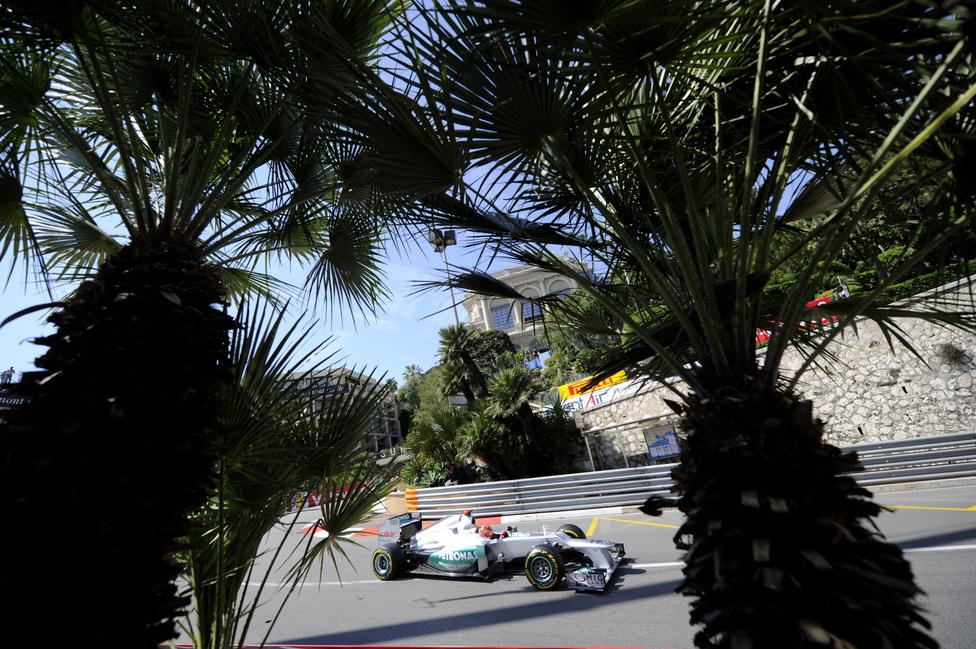 A klasszikus monacói versenyt a Red Bull-versenyző Mark Webber mindössze fél másodperccel nyerte meg a mercedeses Nico Rosberg előtt. Minden idők egyik legszorosabb futamán az első öt versenyző öt másodpercen belül ért célba.
