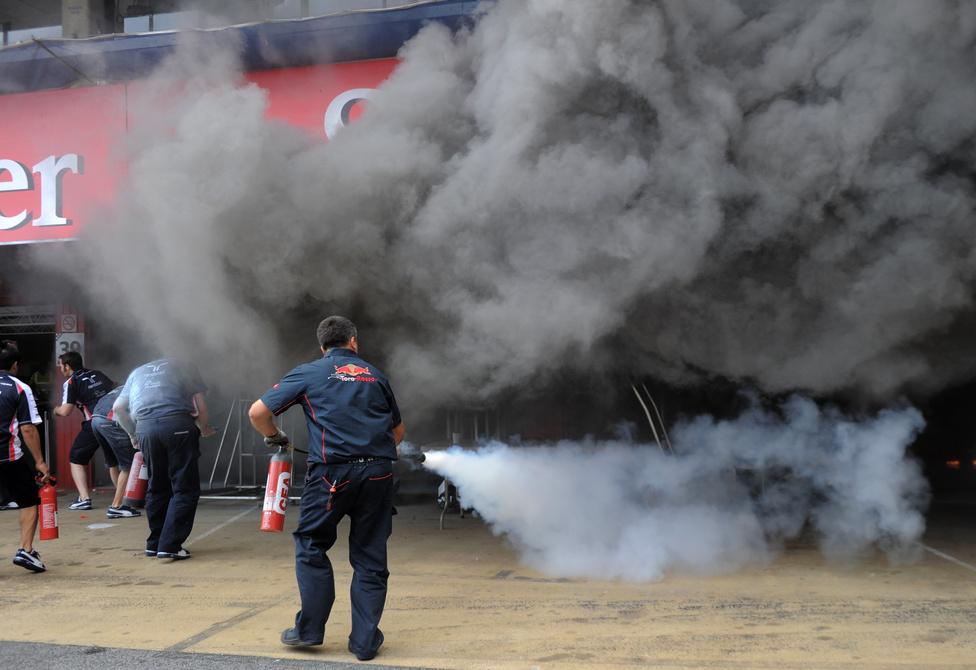A spanyol GP-n győztes Pastor Maldonado csapatának, a Williamsnak gyulladt ki a garázsa a futam után. Tizenhatan sérültek meg, egy szerelő égési sérüléseket szenvedett, míg tizenöten füstmérgezést kaptak. A tűz eloltásában Maldonado is segített.