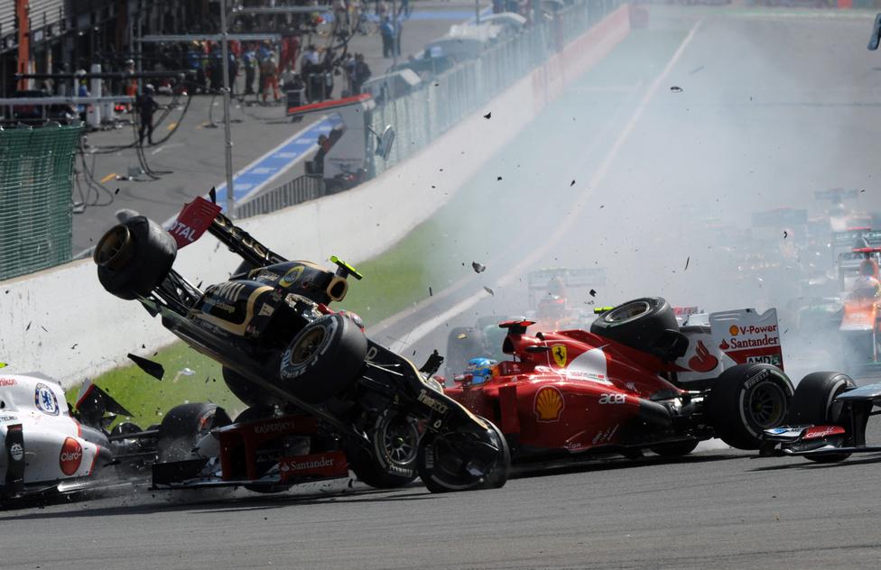 A Lotus versenyzője, Romain Grosjean hatalmas balesetet okozott a Belga Nagydíj rajtja után. Hamiltonnal ütközött, majd Alonsót és Perezt is kiütötték a versenyből. A pilótát megbüntették, az olasz futamról eltiltották.