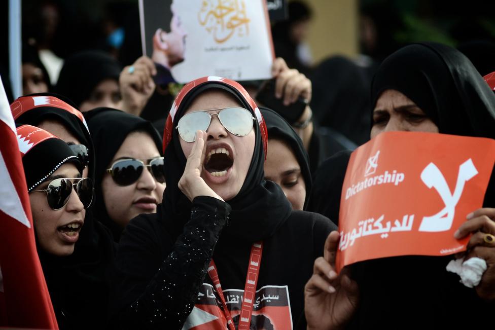 Tüntetők a Forma-1 bahreini futama előtt az ország fővárosában, Manamában. A verseny megrendezését nem fenyegette veszély, a címvédő Sebastian Vettel itt szerezte meg első győzelmét a 2012-es szezonban.