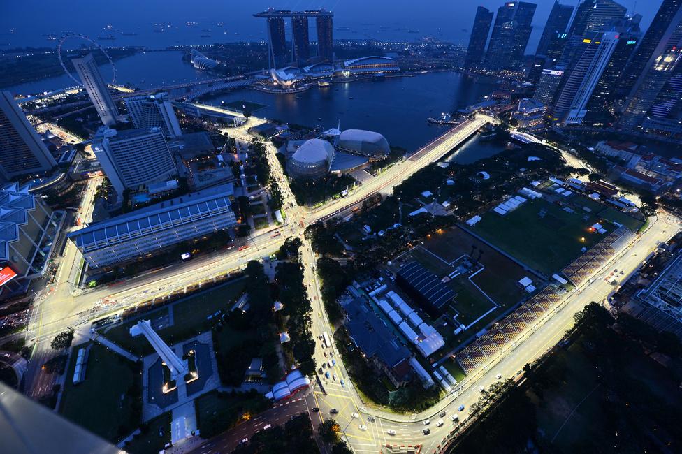 A szingapúri Forma-1-es pálya kivilágítva. Az esti verseny a szezon egyik leglátványosabb futama. A Forma-1 történetében itt rendezték az első villanyfényes nagydíjat, amely az első ázsiai utcai verseny is egyben.