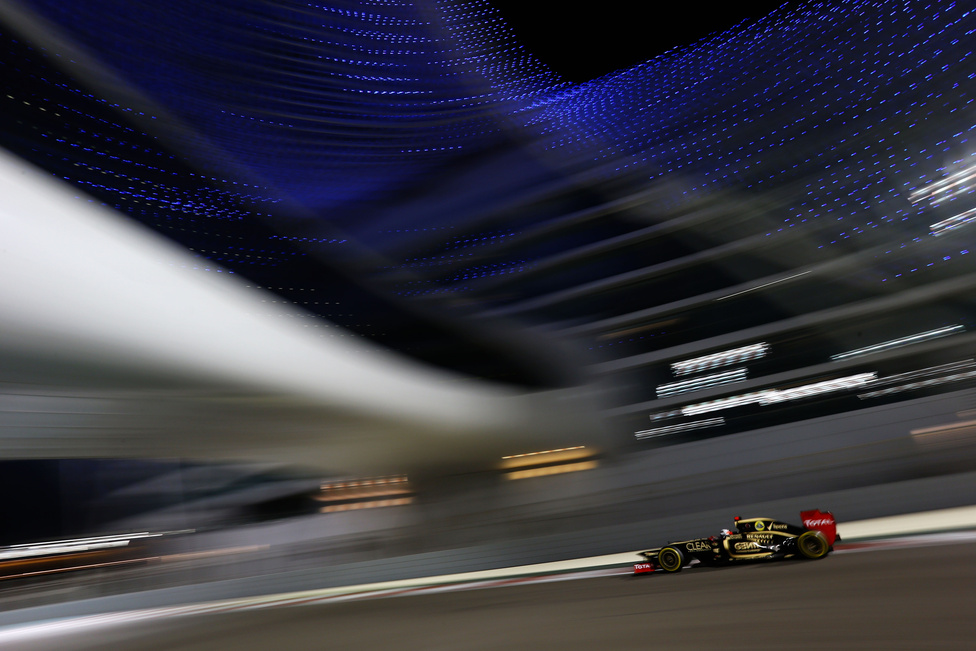 Kimi Raikkönen száguld a villanyfényes időmérőn Abu-Dzabiban, ahol a szezon utolsó ázsiai futamát rendezték, mielőtt a versenyzők Amerikában és Brazíliában lezárták a szezont.