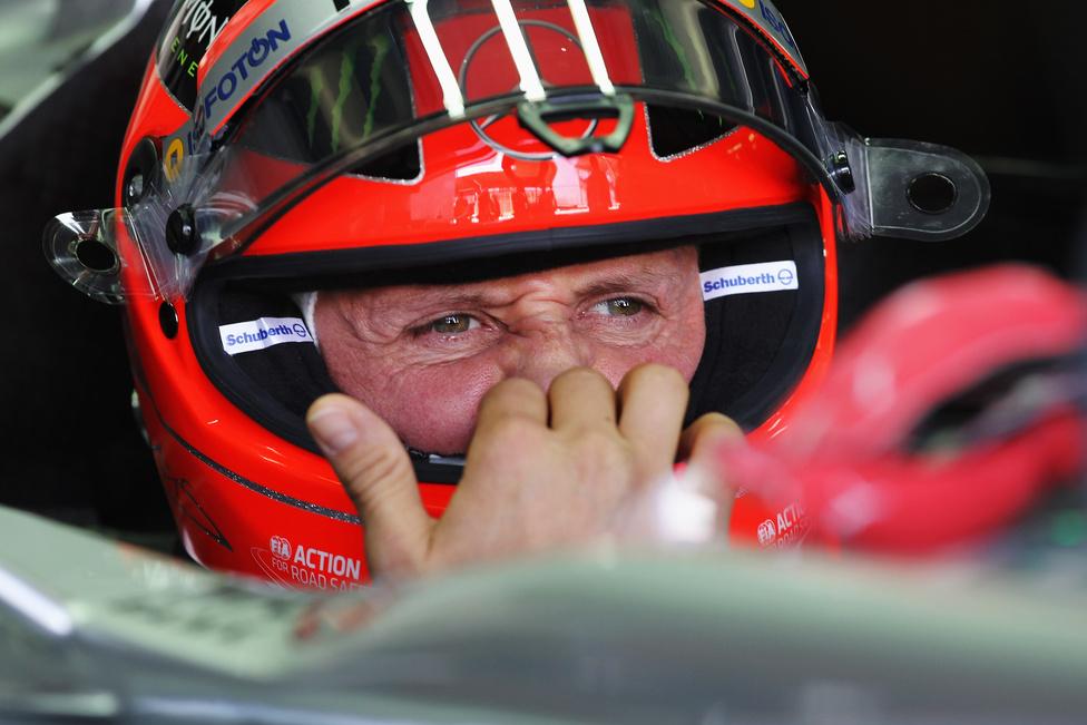 Michael Schumacher készülődik a Brazil Nagydíj szabadedzésén. A német pilóta pályafutása utolsó versenyét futotta a szezonzárón, az év végén másodszor is visszavonul. Az esős futamon a hetedik, pontszerző helyen ért célba.
