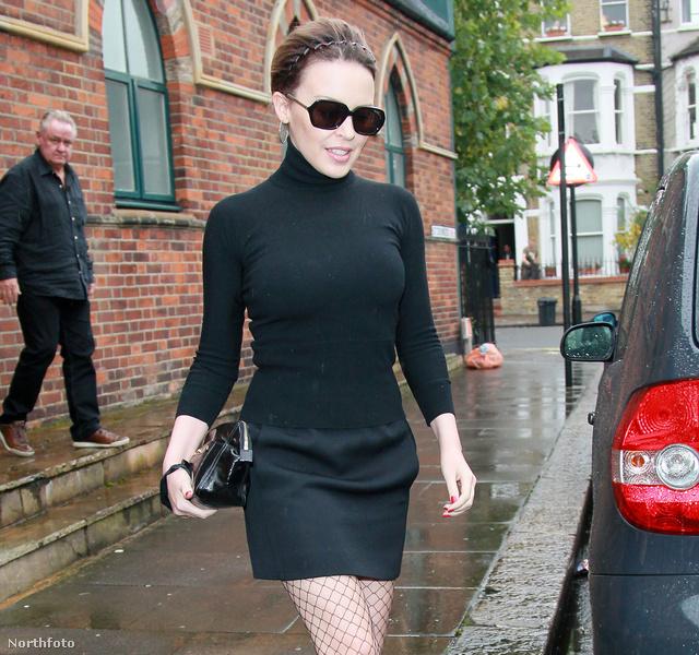 Magas nyakú fekete ruhában - Kylie Minogue