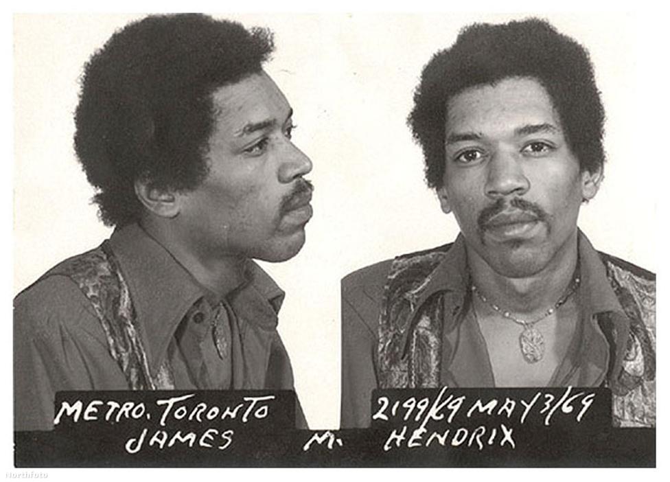 Hendrixnek nem csak a fiatalkori autólopás miatt gyűlt meg a baja a hatóságokkal. Sikeres zenészként a kor szokásainak megfelelően mélyre merült a drogokban is. A kép is egy kanadai letartóztatás után készült, ahol heroint és hasist találtak a gitáros bőröndjében a határőrök. Hendrix úgy védekezett, hogy egy rajongó csúsztatta a drogokat a cuccai közé. Később fel is mentették a vádak alól.