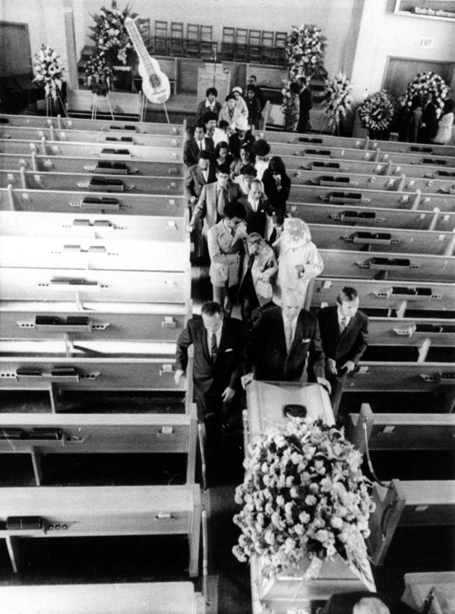Jimi Hendrix temetése 1970. október elsején szülővárosában, Seattle-ben. A gitárost  szeptember 18-án találták holtan a londoni Samarkand Hotel alagsorában. A hivatalos jelentések szerint az altató és bor okozta hányásába fulladt bele, de mai napig tartják magukat különböző legendák, amik szerint akár meg is gyilkolhatták a 27 éves zenészt.