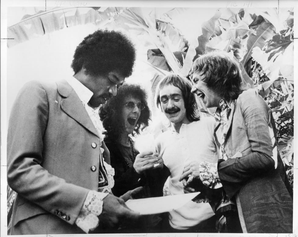 A Jimi Hendrix Experience zenekar koncert előtt. A zenekaron kívül még Dave Mason, a Traffic gitáros-énekese szerepel a képen.