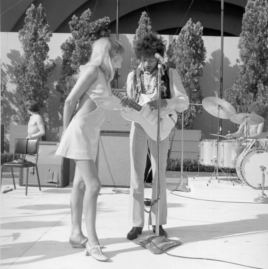 Hendrix egy koncert előtti beálláson, hölgytársaságban. A gitáros állítólag falta a nőket. Egyes életrajzírók odáig mentek, hogy szinte minden nő közeledését elfogadta. Pár éve egy pornófilm is elkezdett terjedni, amin állítólag a gitáros szerepel két nővel az ágyban. Az biztos, hogy a híres groupie,  Cynthia Plaster Caster a péniszét gipszbe öntötte, aminek láttán más hírességek ezt nem engedték neki. A katonaságnál viszont egyes források szerint homoszexuálisnak mondta magát annak érdekében, hogy minél hamarabb leszereljék.