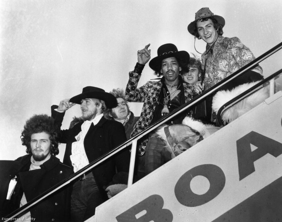 Jimi Hendrix és Mitch Mitchell a londoni repülőtéren búcsúzik a sajtótól a                          Byrds, a Soft Machine és az Alan Price Set tagjai között.