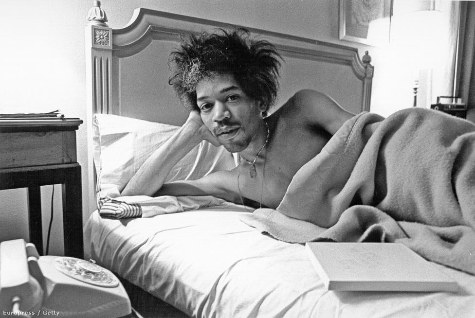 Jimi Hendrix a New York-i Drake Hotel ágyában 1968-ban. Hendrix zenekara Londonban jóval hamarabb befutott, mint otthon, az Egyesült Államokban. A Monkees elvitte őket turnéra, de a popcsapat tizenéves közönsége egyszerűen nem értette Hendrixéket, így a Purple Haze dal sikere után le is léptek a Monkees mellől.