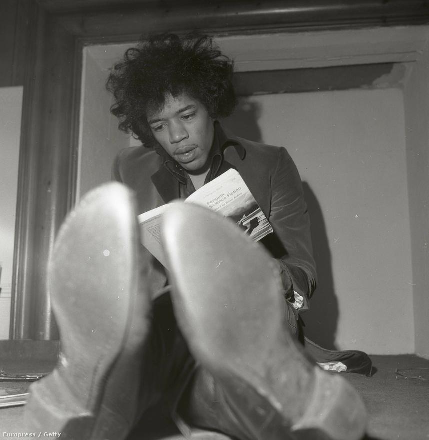 Hendrix londoni otthonában sci-fit olvas.