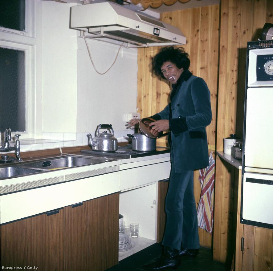 Jimi Hendrix 1967-ben, londoni otthonában. A gitárost lényegében Keith Richards barátnője, Linda Keith fedezte fel 1966-ban, de a Rolling Stones menedzsmentjét nem érdekelte a zenész. Végül az animalses Chas Chandler vitte Londonba, aki nem csak Hey Joe-t mutatta meg neki, hanem segített összerakni a Jimi Hendrix Experience zenekart is. Richards egyébként úgy emlékszik, hogy ő játszotta le akkori barátnőjének Billy Roberts Hey Joe című dalát, és így került az Hendrixhez.