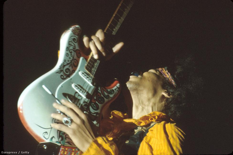 Hendrix és a legendás jobbkezes, de balkezesre, tehát fordítva húrozott gitárja.