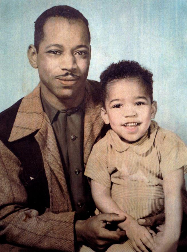 Al Hendrix és fia, a hároméves James Marshall Hendrix 1945-ben. A gitáros Johnny Allen Hendrix néven született 1942. november 27-én. A nevét a világháborúból hazatérő apja változtatta meg elhunyt testvére, Leon Marshall tiszteletére. A Jimi becenevet viszont csak 1966-tól kezdte használni.