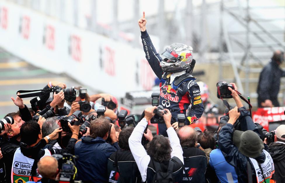 A Red Bull Renault versenyzője három ponttal előzte meg riválisát, Fernando Alonsót a világbajnoki pontversenyben. A 25 éves német pilóta a Forma-1 történetének legfiatalabb háromszoros világbajnoka.