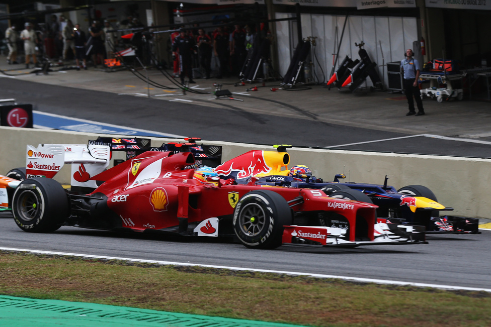 Az év utolsó versenyén, Brazíliában a szakadó esőben folyamatosan változott az állás. A második helyen végzett Alonso hiába versenyzett nagyot, a vb-t vezető, rajt után balesetet szenvedő Vettel a hatodik helyig verekedte vissza magát, ezzel megvédte világbajnoki címét.