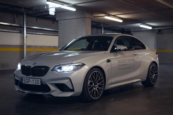A sárvédő-szélesítés már az E30-as BMW-nek is jól állt, az M2-n is sokat dob