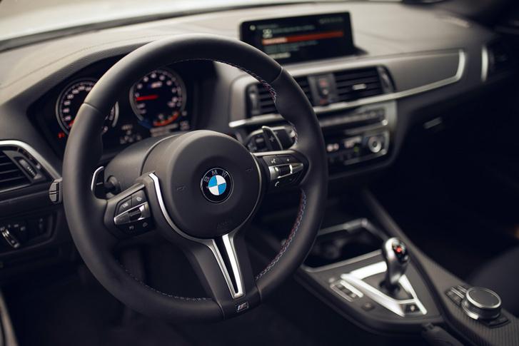Az M-csomagos BMW-kben lévő kormány markolata hurka vastagságú, az igazi M-es modelleké inkább szafaládényi átmérőjű. Nagyon közvetlen az áttételezése, remekül lehet vele irányítani az autót
