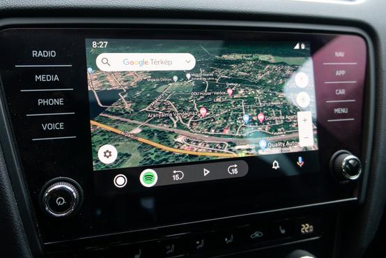 Kiválóan működik az Android Auto, de az alap rendszer is könnyen kezelhető
