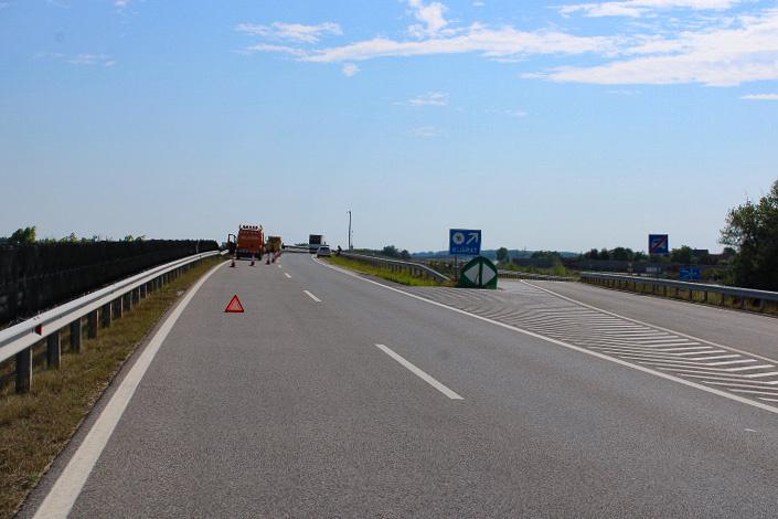 A Baleset az M85-ös autóúton történt, jó látási viszonyok közt, fényes nappal, gyér forgalom mellett