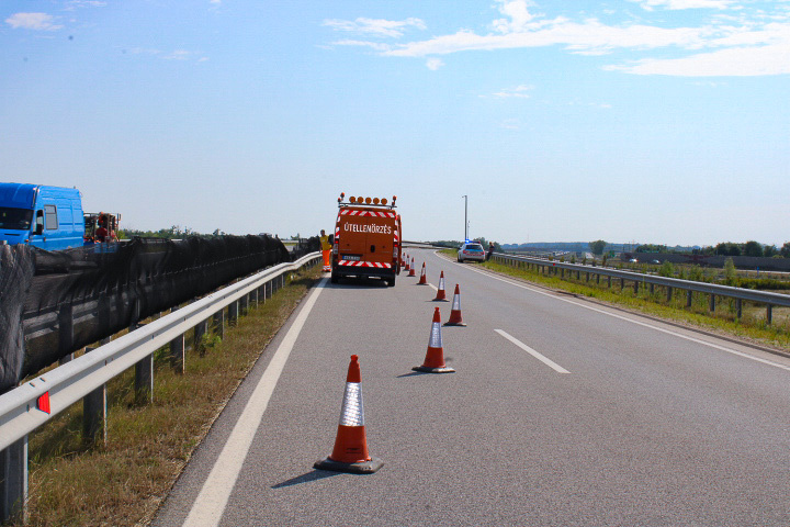 Ez az útszakasz az M86-os tehermentesítésére épül, Győr és Sopron közt található