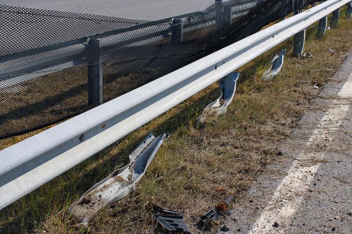 Az autó futóműve szakította ki a szalagkorlát oszlopait