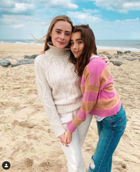 A bal oldalon a 27 éves Naomi, a jobb oldalon a 16 esztendős Natalie unokája látható. Nagyon helyesek mind a ketten.