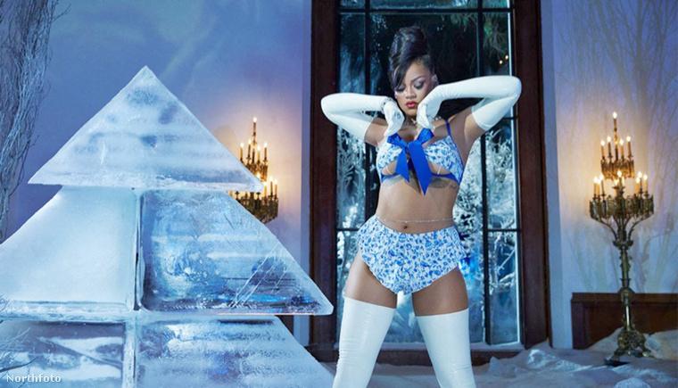 Hát így néz ki a karácsony Rihanna fehérneműcégének értelmezésében.
