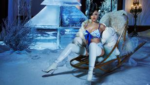 Rihanna bugyi-melltartóban és combcsizmában terpeszt a karácsonyfa alatt