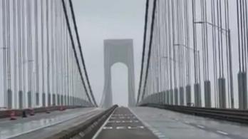 Nyüszít, hullámzik a szélben New York óriási hídja