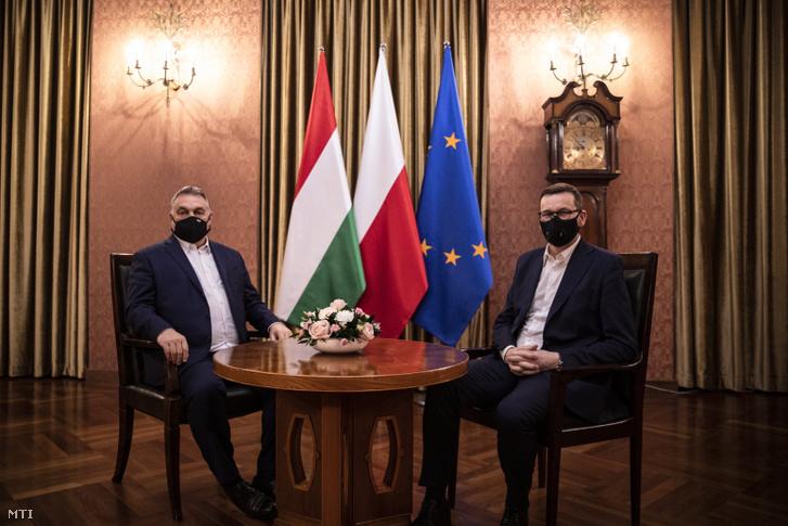 Orbán Viktor miniszterelnök (balra) és Mateusz Morawiecki lengyel kormányfő Varsóban, 2020. november 30-án
