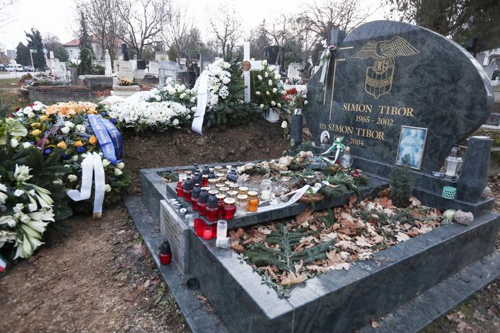 Benko Laszlo sirja Simon Tibor sirja mellett