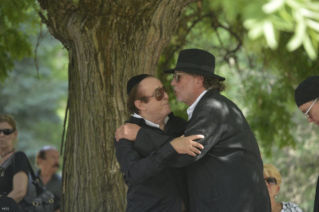 Laux József dobos és Presser Gábor zeneszerző előadóművész Somló Tamás temetésén a budapesti Kozma utcai izraelita temetőben 2016. július 21-én.