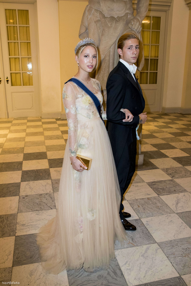 Maria-Olympia hercegnőről már korábban is írtunk, a24 éves, nemesi származású nő az utolsó görög király unokája, akit ezen a fotón kissé formálisabb körülmények között, a dán trónörökös, Frigyes herceg 50